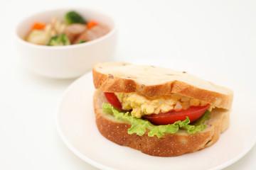 お皿にのせた エッグレタストマトサンド パン サンドウィッチ 白背景