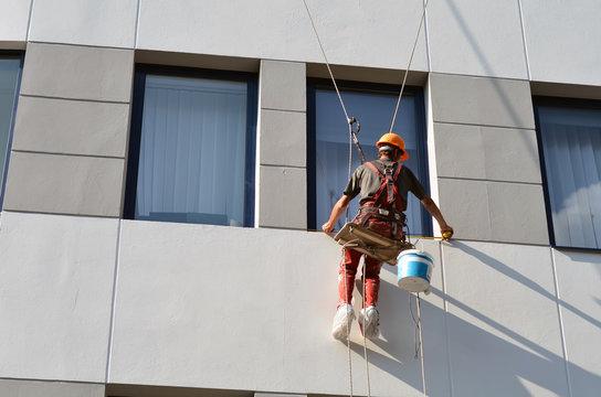worker measures the window