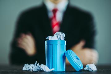ビジネスマンとゴミ箱