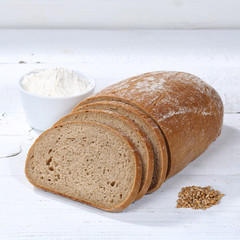 Brot Weizenbrot Weizenmischbrot geschnitten Scheibe Quadrat auf Holzplatte