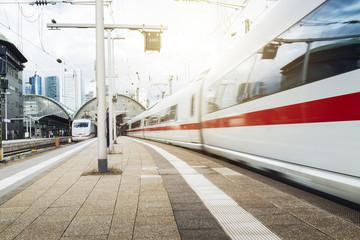Fotobehang Spoorlijn Züge fahren durch Frankfurter Bahnhof