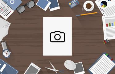 Fotokamera - Dokument auf Schreibtisch