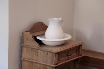 Nostalgische Waschschüssel und Krug aus Porzellan