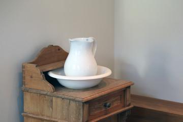 Krug und Waschschüssel aus weißer Keramik