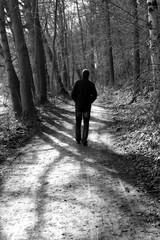 Mann auf Weg schwarz weiß