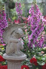 Engel Skulptur mit Blumen
