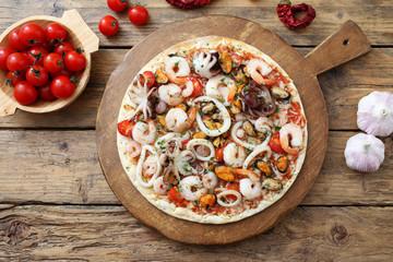 pizza con frutti di mare sfondo rustico