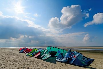 Wall Mural - Surfstrand auf Langeoog: bunte Segel, aufgereiht am langen Sandstrand :)