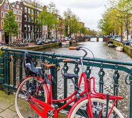 Vélo sur un canal à Amsterdam, Hollande aux Pays-Bas