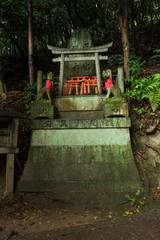 Ornamented sanctuary with statues of the Japanese fox (Kitsune), Fushimi Inari Shrine, Kyoto, Japan