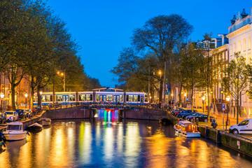 Canal d'Amsterdam à la tombée de la nuit, Hollande, Pays-Bas