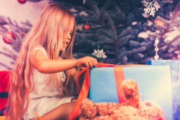 Kind mit Geschenken zu Weihnachten