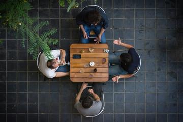 Amis en terrasse d'un café