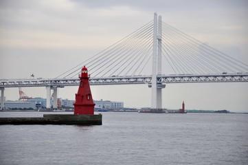 横浜ベイブリッジと赤灯台
