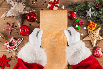 weihnachtsmann beim lesen von wunschzettel Brief leer vorlage Schriftrolle am  weihnachten Schreibtisch dekoriert aus Holz
