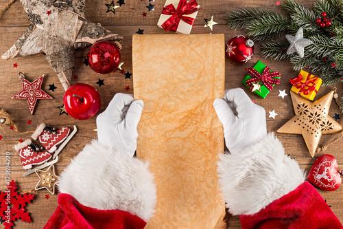 Weihnachtsmann Beim Lesen Von Wunschzettel Brief Leer Vorlage