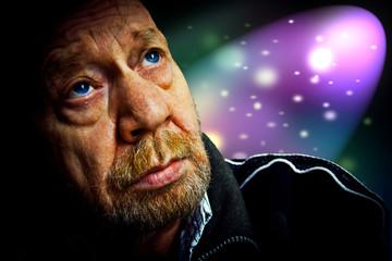 Uomo anziano pensieroso, immagine simbolica.