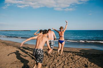 Junge Familie am Strand