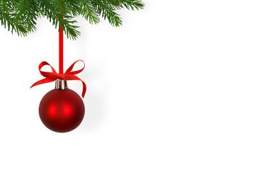 rote weihnachtsbaumkugel, tannenzweige, weißer hintergrund