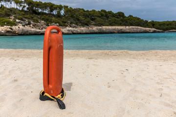 Bouée de sauvetage sur la plage de Cala Mondrago à Santanyi sur l'île de Majorque (Îles Baléares, Espagne)