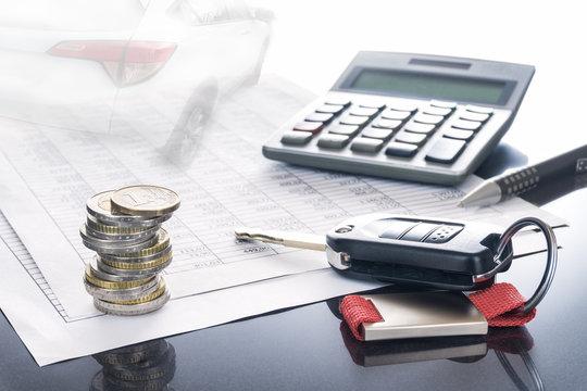 Auto, Kosten Versicherung und Finanzierung; Autoschlüssel, Auto, Kugelschreiber und Taschenrechner auf Tabellen, Hintergrund, Textfreiraum