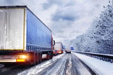 Wintereinbruch Schneeglätte LKW im Stau auf Autobahn