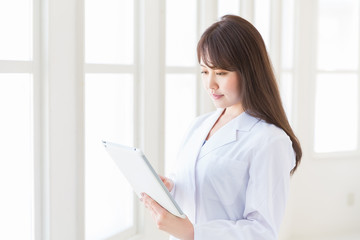 白衣の女性 タブレットコンピューター