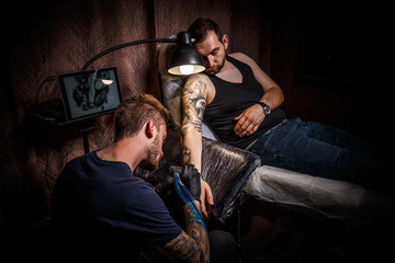 Tattoo artist makes a tattoo