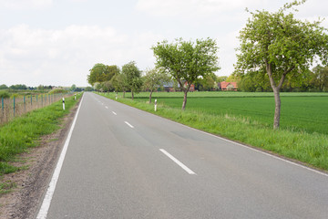 Landstraße im ländlichen Raum