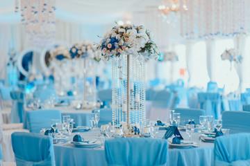 Оформление помещения синими и белыми цветами, и синей легкой тканью