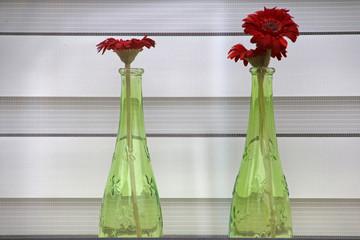 Blumenschmuck vor einem Fenster