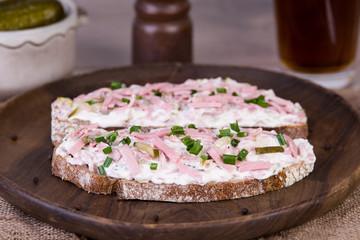 Brot mit Fleischsalat