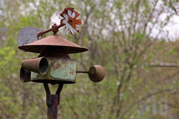 Kleine Windmühle in einem Garten