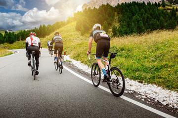 Radfahrer bei einem Radrennen in den Dolomiten
