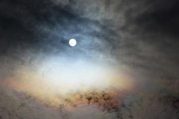 雲から透けて見える太陽「空想・雲のモンスター(太陽が目)」(美しく輝く、人生を彩る、虹のような、バラ色の人生などのイメージ)