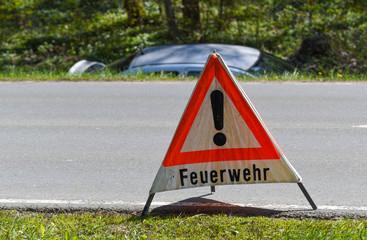 Feuerwehr,  Verkehrsunfall Auto liegt neben der Strasse im Graben