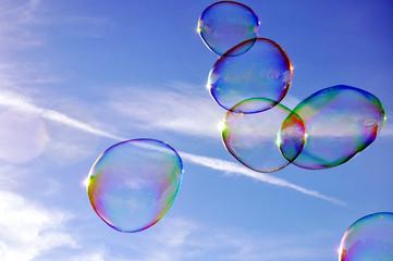 Seifenblasen fliegen schwerelos am Himmel