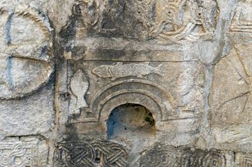 Древние изображения на камнях в храме Аникопии, Иверская гора, Абхазия.