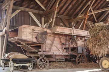 moissonneuse-batteuse ancienne dans une grange