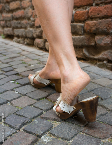 nuova collezione sentirsi a proprio agio scarpe da corsa Donna cammina con zoccoli a tacco alto su ciottolato