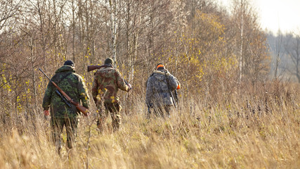 Papiers peints Chasse group of hunters during hunting in forest, chase hunting