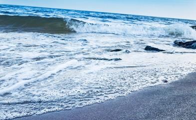 Fale nad brzegiem morza Bałtyckiego