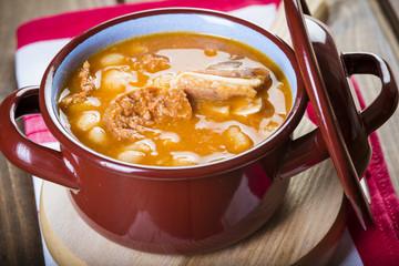 Estofado de alubias blancas con carne de cerdo o fabada asturiana comida tradicional española