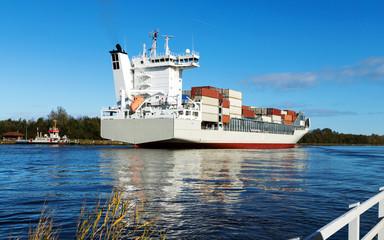 Nord-Ostsee-Kanal am Aussichtspunkt der Service-Station Fischerhütte, Containerschiff fährt Richtung Kiel