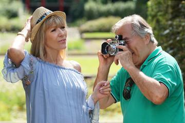 Älteres Paar macht Fotos