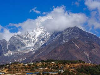 雲がかかったネパールの雪山