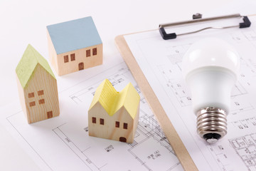 住宅図面と電球