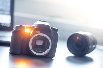 Spiegelreflexkamera und Objektiv auf Tisch, Sonnenschein