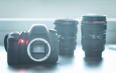 Spiegelreflexkamera und Objektive auf Tisch