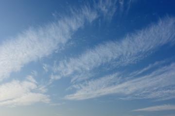 青空と雲「空想・雲のモンスターたち」(出会う、交わる、何かを伝えるなどのイメージ)